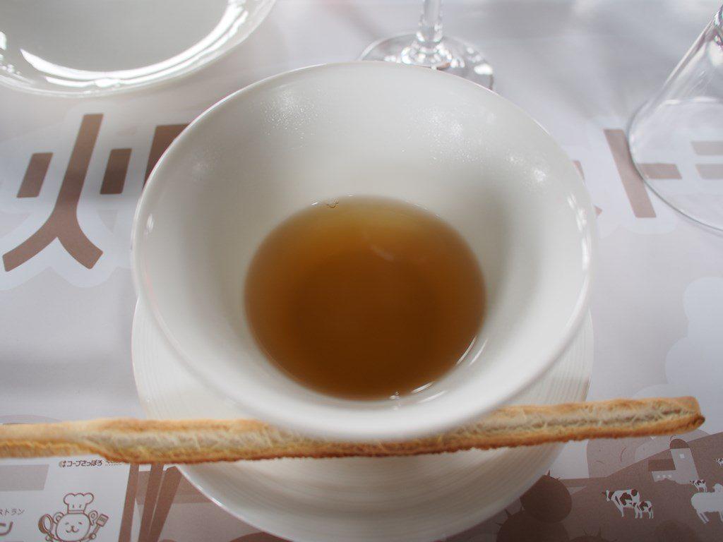 羊骨でダシをとったアスパラひつじの旨味スープ。