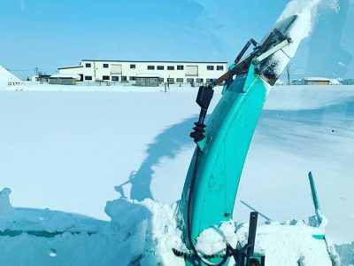 積雪も1mを超えたので、羊の散歩コースを除雪中。